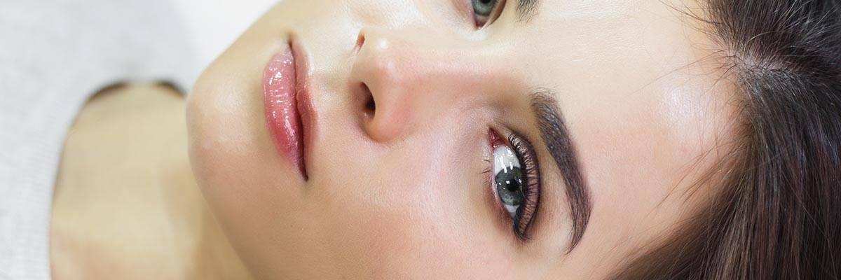 Donna con sopracciglia folte