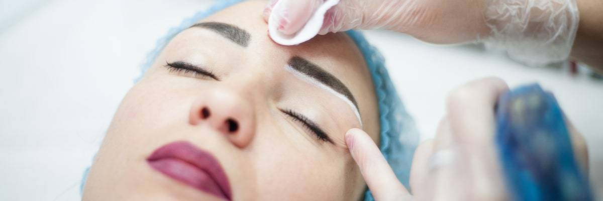estetista all'opera con la dermopigmentazione
