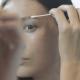 microblading post trattamento donna allo specchio 80x80